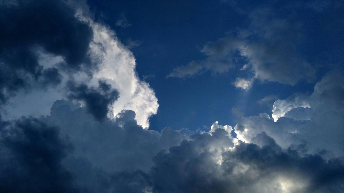人们说的天空蓝 是我记忆中那团白云背后的蓝天