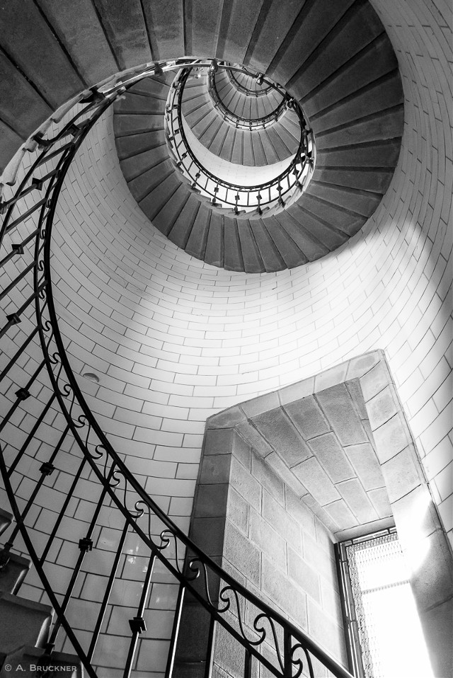 #wapblackandwhite #blackandwhite #black #white #photography #travel #oldphoto #tower #circle #lowangle #saturated #shapes #architecture #indoor #steps #urban #lines #freetoedit #shallowdepthoffield #negitiviespace #India @pa @praveenreddy1314