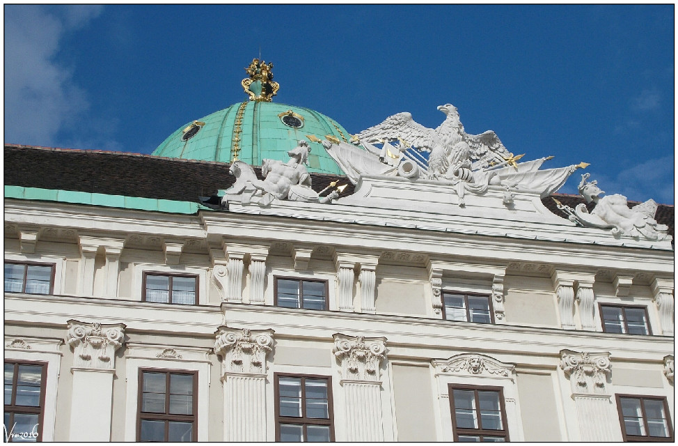 #vienna #wien #austria #hofburg #detail #eagle #sculpture #statues #colorful #photography #spring #travel #citytrip #citytripday1 #vvm #vvmphotography #imperial #residence #dome #greendome #architecture #buildings #citycenter #roof #green