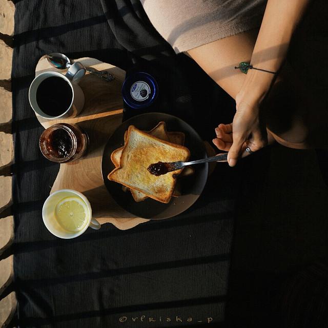 #mycoffee_diary #darktone #coffee #coffeelovers #flatlay #onthetable #breakfast #sony #darkness #dark #morning #spring #photography #flower #cute #love #black #myblacktable #goodmorning  #lifestyle